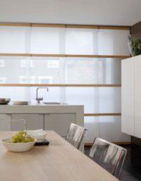 Hochwertiger Sonnenschutz, Sichtschutz und Lichtschutz - Lamellenvorhang - Senkrechtlamellen - Breite Flaechenvorhaenge mit Holzapplikationen - Natürliche Eleganz - Dr. Haller + Co. - Selastore®