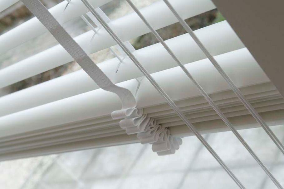Hochwertiger Sonnenschutz, Sichtschutz und Lichtschutz - Lamellenvorhang - Senkrechtlamellen - Vollendete Eleganz: 50 mm breite Holzjalousie mit breitem Leiterband - Dr. Haller + Co. - Selastore®