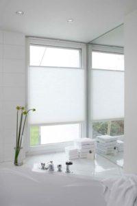 Hochwertiger Sonnenschutz, Sichtschutz und Lichtschutz - Lamellenvorhang - Senkrechtlamellen - Weiße Plissees für eine minimalistische und zeitlose Atmosphäre - Dr. Haller + Co. - Selastore®