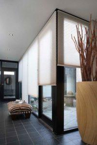 Hochwertiger Sonnenschutz, Sichtschutz und Lichtschutz - Lamellenvorhang - Senkrechtlamellen - Einfach natürlich wohnen. Sandfarbene Plissee für eine elegante Optik - Dr. Haller + Co. - Selastore®