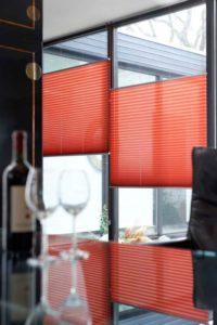 Hochwertiger Sonnenschutz, Sichtschutz und Lichtschutz - Lamellenvorhang - Senkrechtlamellen - Rotorange Plissees - Dr. Haller + Co. - Selastore®