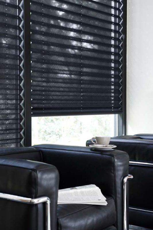 Hochwertiger Sonnenschutz, Sichtschutz und Lichtschutz - Lamellenvorhang - Senkrechtlamellen - Schwarze zeitlose Plissees - Dr. Haller + Co. - Selastore®