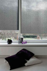 Hochwertiger Sonnenschutz, Sichtschutz und Lichtschutz - Lamellenvorhang - Senkrechtlamellen - Rollo in Grau für puristisches Flair im Wohnzimmer – Dr. Haller + Co. – Selastore®
