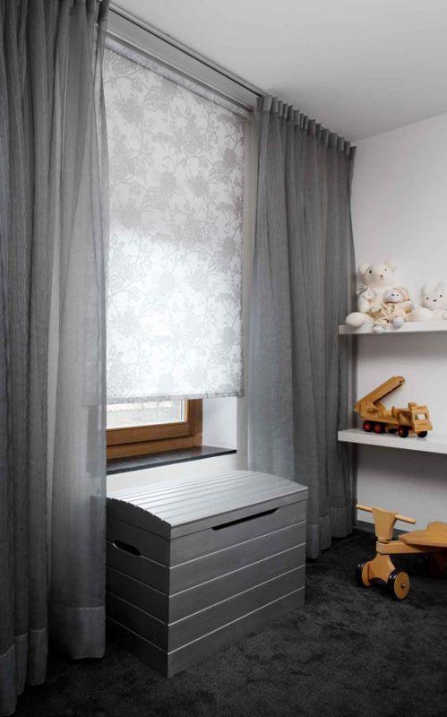 Hochwertiger Sonnenschutz, Sichtschutz und Lichtschutz - Lamellenvorhang - Senkrechtlamellen - Rollo in mit elegantem Blumendruck in Kombination mit Gardinen für eine angenehme Atmosphäre im Kinderzimmer – Dr. Haller + Co. – Selastore®