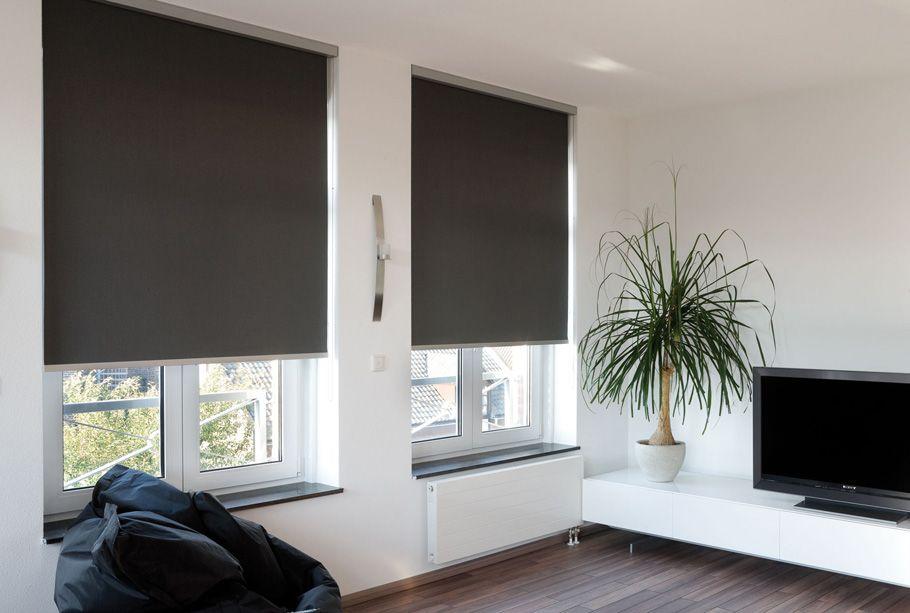 Hochwertiger Sonnenschutz, Sichtschutz und Lichtschutz - Lamellenvorhang - Senkrechtlamellen - Rollo in Grafitgrau für eine zeitlose Atmosphäre im Wohnzimmer – Dr. Haller + Co. – Selastore®