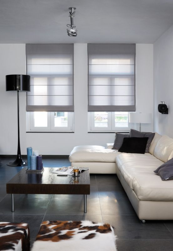 Hochwertiger Sonnenschutz, Sichtschutz und Lichtschutz - Lamellenvorhang - Senkrechtlamellen - Faltrollo – Rollo in Grau für puristisches Flair im Wohnzimmer – Dr. Haller + Co. – Selastore®