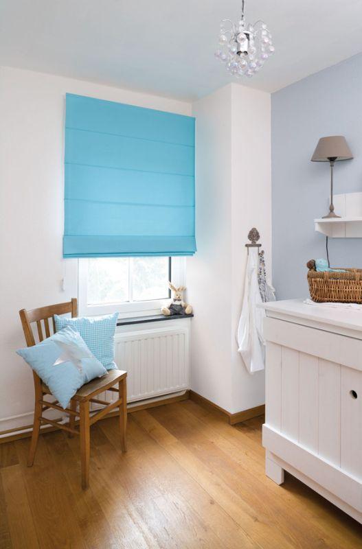 Hochwertiger Sonnenschutz, Sichtschutz und Lichtschutz - Lamellenvorhang - Senkrechtlamellen - Faltrollo in Azurblau für frischen Farbwind im Zimmer