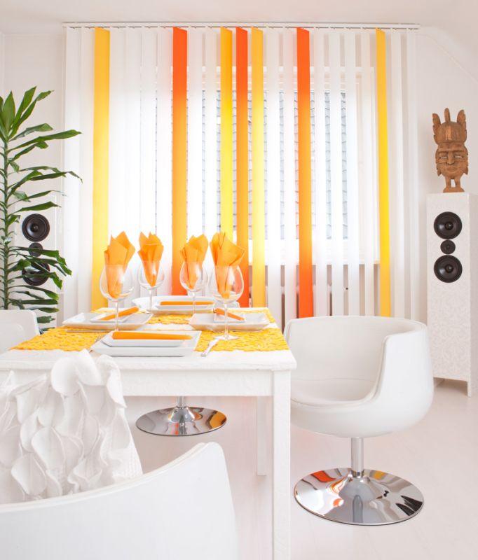 Hochwertiger Sonnenschutz, Sichtschutz und Lichtschutz - Lamellenvorhang - Senkrechtlamellen - Senkrechtlamellen mit Farbakzenten inSonnengelb-Farben für strahlendes Wohnambiente - Dr. Haller + Co. - Selastore®
