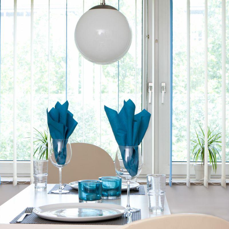 Hochwertiger Sonnenschutz, Sichtschutz und Lichtschutz - Lamellenvorhang - Senkrechtlamellen - Senkrechtlamellen mit Farbakzenten inWeiß und Türkisblau für besonderes Wohnambiente - Dr. Haller + Co. - Selastore®