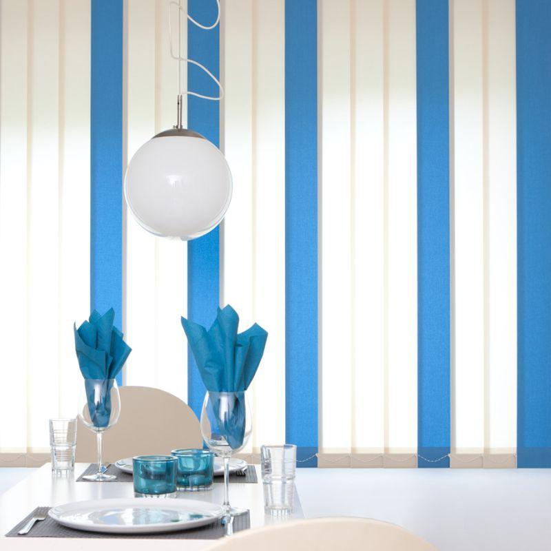 Hochwertiger Sonnenschutz, Sichtschutz und Lichtschutz - Lamellenvorhang - Senkrechtlamellen - Senkrechtlamellen Wohnambiente zweifarbig Weiß-Azurblau - Dr. Haller + Co. - Selastore®