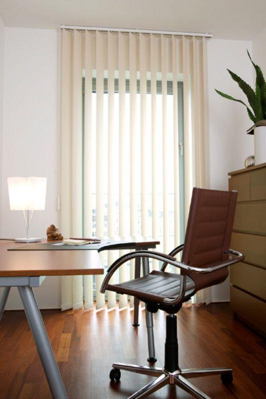 Hochwertiger Sonnenschutz, Sichtschutz und Lichtschutz - Lamellenvorhang - Senkrechtlamellen - Senkrechtlamellen in Beige für ein warmes Arbeitsambiente - Dr. Haller + Co. - Selastore®