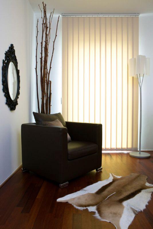 Hochwertiger Sonnenschutz, Sichtschutz und Lichtschutz - Lamellenvorhang - Senkrechtlamellen - Hochwertiger Sonnenschutz und Sichtschutz - Senkrechtlamellen in Beige für ein warmes Wohnambiente - Dr. Haller + Co. - Selastore®