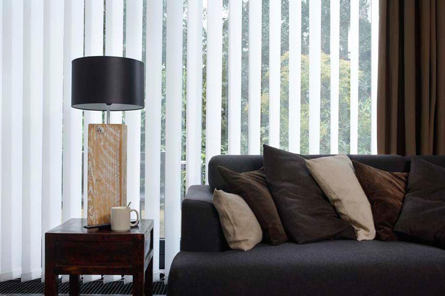 Hochwertiger Sonnenschutz, Sichtschutz und Lichtschutz - Lamellenvorhang - Senkrechtlamellen - Senkrechtlamellen in Weiß für elegantes Wohnambiente - Dr. Haller + Co. - Selastore®