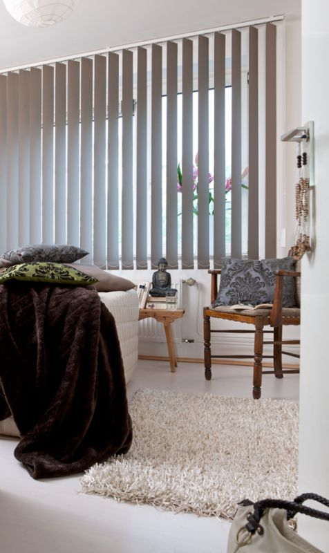 Hochwertiger Sonnenschutz, Sichtschutz und Lichtschutz - Lamellenvorhang - Senkrechtlamellen - Senkrechtlamellen in Taupe für gemütliches Flair - Dr. Haller + Co. - Selastore®