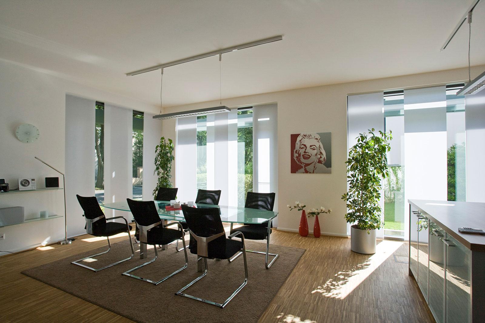 Hochwertiger Sonnenschutz, Sichtschutz und Lichtschutz - Lamellenvorhang - Senkrechtlamellen - Flächenvorhänge Weiß bodenlang - Dr. Haller + Co. - Selastore®
