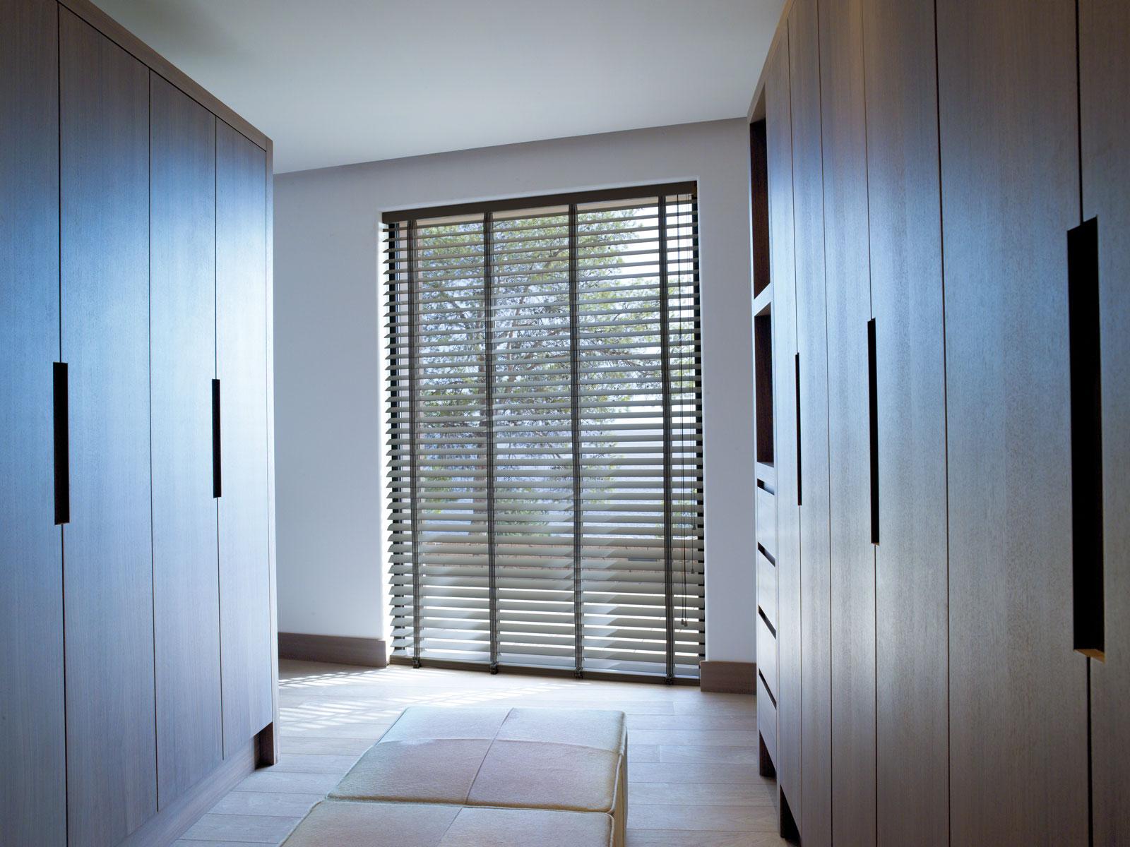 Hochwertiger Sonnenschutz, Sichtschutz und Lichtschutz - Lamellenvorhang - Senkrechtlamellen - Holzjalousie als Sichtschutz im begehbaren Kleiderschrank - Dr. Haller + Co. - Selastore®