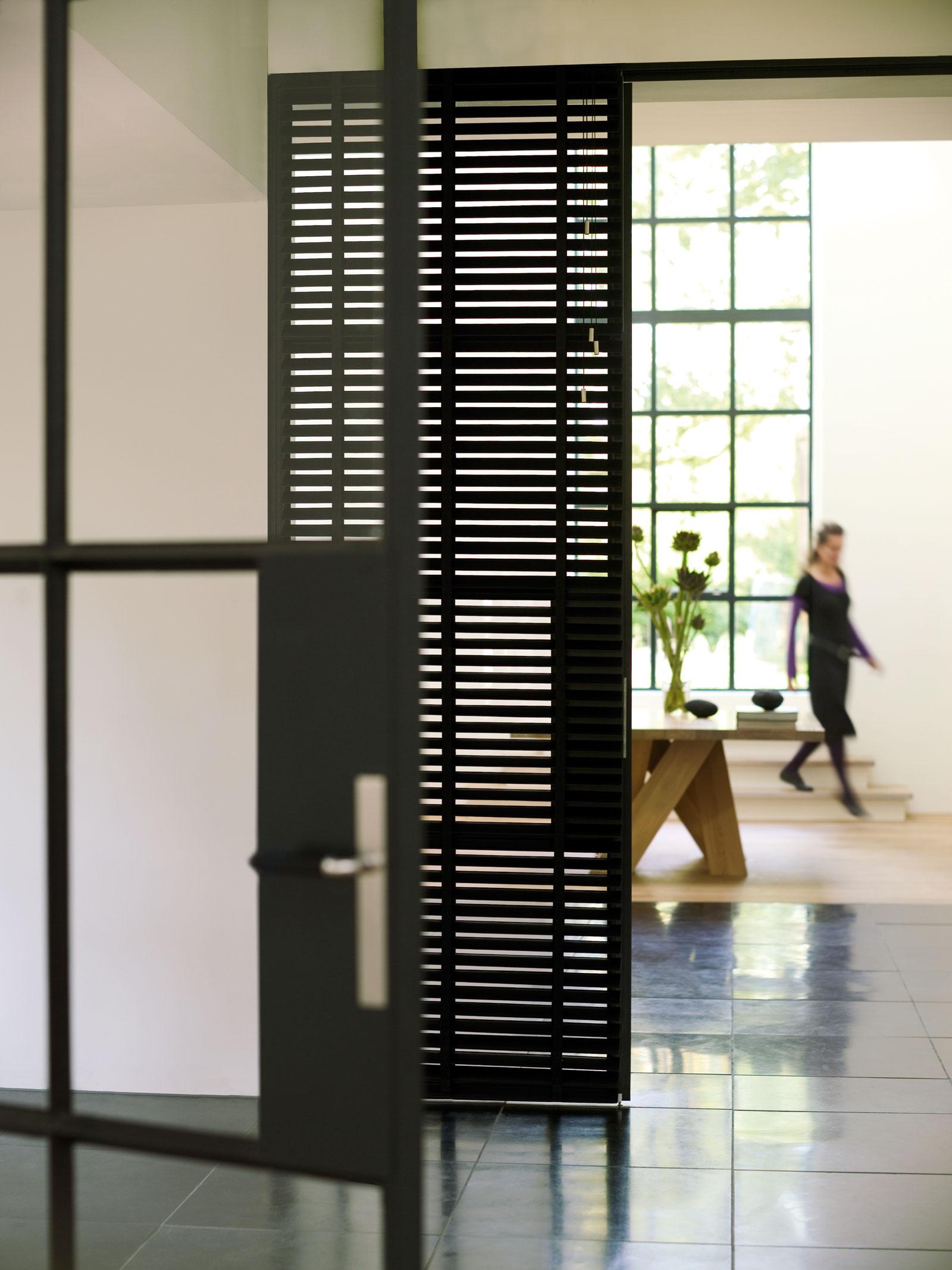 Hochwertiger Sonnenschutz, Sichtschutz und Lichtschutz - Lamellenvorhang - Senkrechtlamellen - Holzjalousie in Schwarz als Raumtrenner - Dr. Haller + Co. - Selastore®