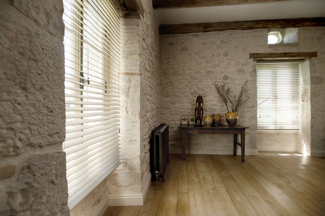 Hochwertiger Sonnenschutz, Sichtschutz und Lichtschutz - Lamellenvorhang - Senkrechtlamellen - Holzjalousie passend zum Mauerwerk - Dr. Haller + Co. - Selastore®