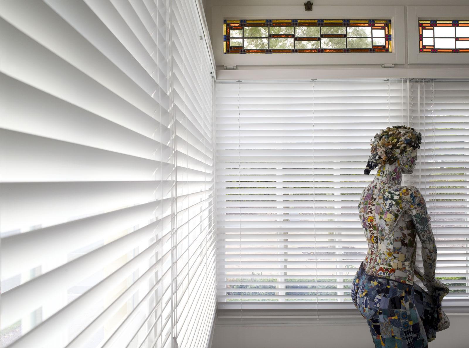 Hochwertiger Sonnenschutz, Sichtschutz und Lichtschutz - Lamellenvorhang - Senkrechtlamellen - Klassische weiße Holzjalousien passend zur Wandfarbe - Dr. Haller + Co. - Selastore®