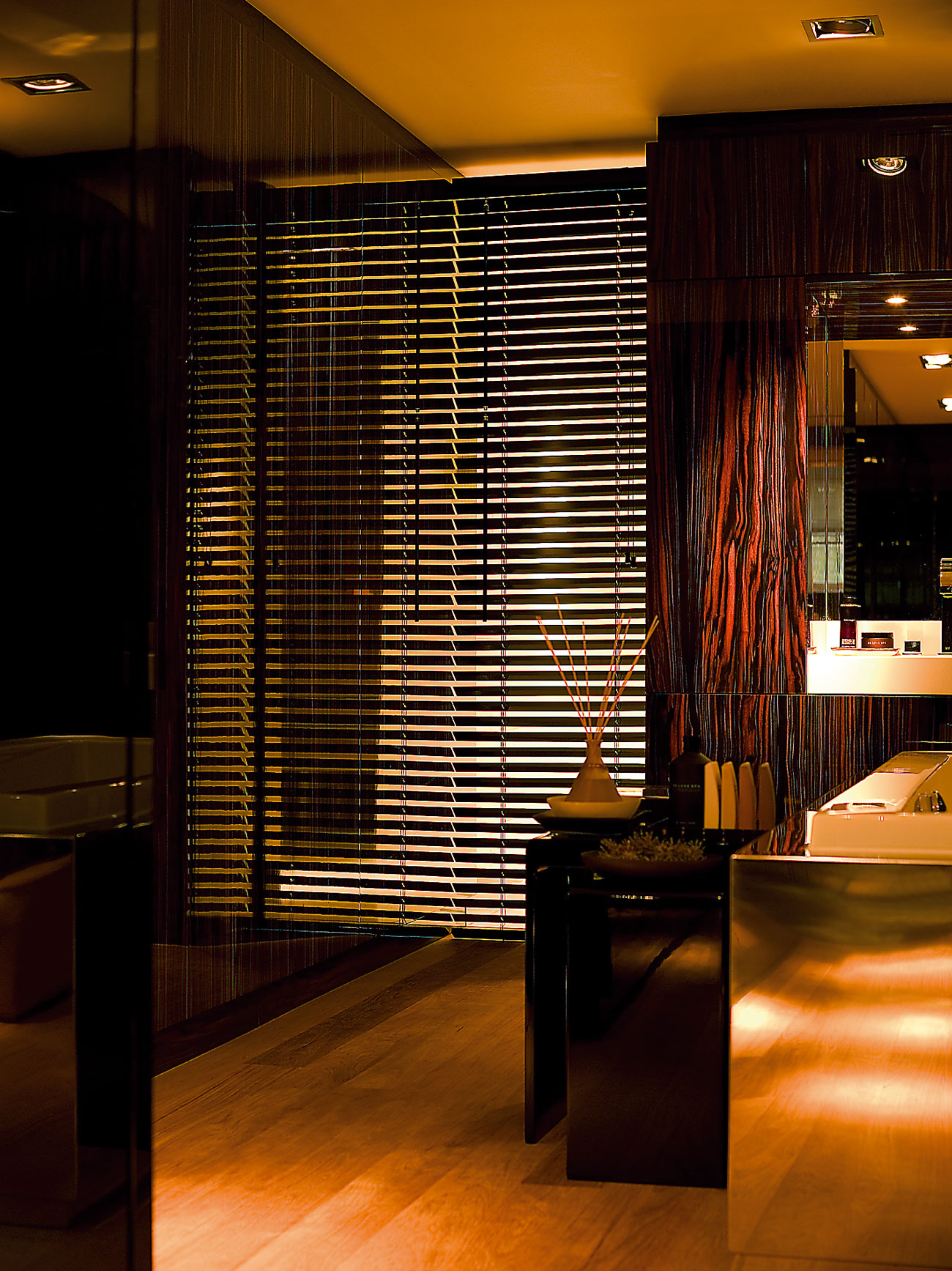 Hochwertiger Sonnenschutz, Sichtschutz und Lichtschutz - Lamellenvorhang - Senkrechtlamellen - Eleganter Stil mit schwarzen Holzjalousien - Dr. Haller + Co. - Selastore®