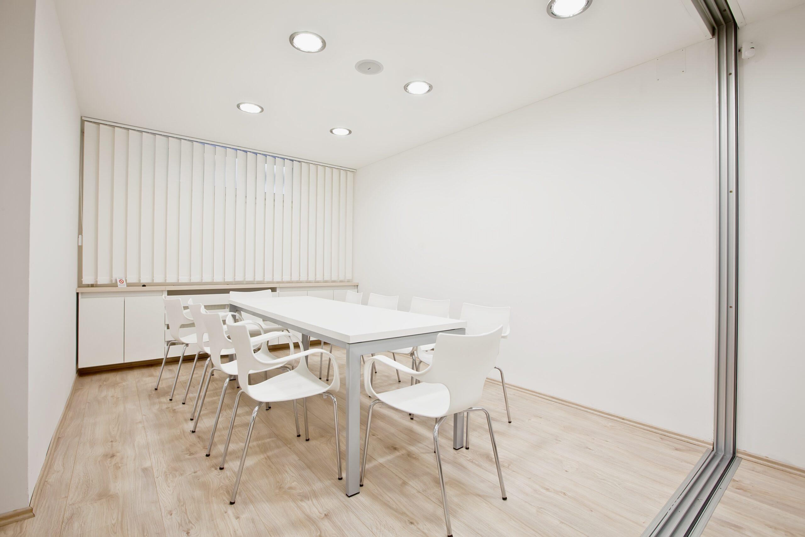 Hochwertiger Sonnenschutz, Sichtschutz und Lichtschutz - Lamellenvorhang - Senkrechtlamellen - Lamellenvorhang im Besprechungsraum - Dr. Haller + Co. - Selastore®